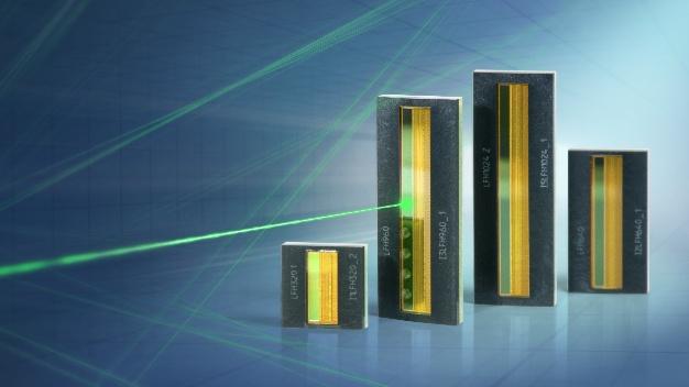 Die CMOS-Zeilensensoren der iC-LFH-Serie von IC-Haus sind in vier Längen mit 320, 640, 960 oder 1024 Pixeln erhältlich und arbeiten mit einem Pixel-Takt von bis zu 5 MHz. Die 600 μm langen Pixel im 12,7-μm-Raster (2000 DPI) sind durch die monolithische Integration lückenlos und verzerrungsfrei angeordnet und eignen sich daher ideal z.B. für Triangulation- oder Spektroskopie-Anwendungen. Die integrierte Steuerlogik benötigt nur ein Start- und ein Taktsignal für die Ausgabe der Licht/Spannungs-Wandlung am Analogausgang. Der asynchrone, globale, elektronische Shutter erlaubt es, die Belichtungszeit variabel zu steuern. Die physikalische Auflösung von 2000 DPI lässt sich elektronisch um den Faktor 2, 4 und 8 reduzieren, um z.B. einen schnellen Grob-Scan durchzuführen. Die Auflösungsreduzierung erfolgt dabei gemittelt mit gleichbleibender Verstärkung oder durch Binning mit entsprechend höherer Verstärkung. Die Versorgungsspannung für die iC-LFH-Serie beträgt 5 V. Zur einfachen Anbindung z.B. an 3,3-V-Systeme kann der Analogausgang aus einer zweiten, niedrigeren Spannung versorgt werden.