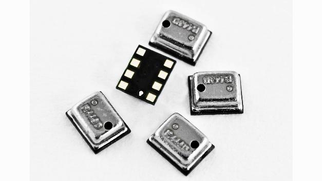 Mit Abmessungen von nur 2 mm x 2,5 mm x 1 mm eignen sich die barometrischen Drucksensoren NPA 201 von Amphenol ideal für Wearables und portable Produkte. Die bei SE erhältlichen Sensorelemente zeichnen sich unter anderem durch eine niedrige Versorgungsspannung von 1,7 bis 3,6 V und eine Stromaufnahme von weniger als 250 nA im Sleep-Modus aus. Ausgelegt für einen Druckbereich von 260 bis 1260 mbar und für Betriebstemperaturen von -40 bis +85 °C verfügen die vollständig kalibrierten und temperaturkompensierten Drucksensoren über einen digitalen I²C-Ausgang. Die 16-bit-Druck- und Temperaturauflösung entspricht einer Temperaturauflösung von <0,003K/LSB. Die digitale Kompensation erfolgt mithilfe eines eingebauten 18-bit-DSP. Um das Design-in der im HCLGA-8-Gehäuse untergebrachten Minisensoren zu vereinfachen und die Markteinführung des Endproduktes zu beschleunigen, steht mit dem NPA 201EV für Evaluierungszwecke ein spezielles Breakout Board zur Verfügung.