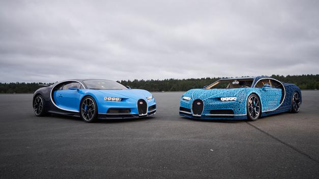 Original und Modell: Links der Bugatti Chiron, rechts sein nachgebautes Pendant aus Lego-Bausteinen.