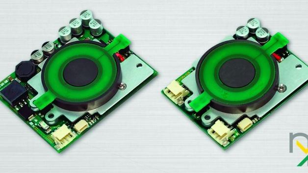 Bisher hat die Etatronix GmbH Wireless-Power-Systeme kundenspezifisch entwickelt. Nun wird das Angebot um Standard-Module zur kontaktlosen Energieübertragung erweitert. Die exm genannte Modulserie startet mit den Modulen exm10Tx24 (Sender) für den Betrieb an 24V(DC) und zwei Empfänger-Versionen: exm10Rx4V2C für 4,2V und exm10Rx8V4C für 8,4V. Sie sind für eine Lade- oder Versorgungsleistung von 10W ausgelegt und wurden so konzipiert, dass sie einfach in bestehende und neue Anwendungen integriert werden können. Die Wireless-Power-Module bieten einen Wirkungsgrad von bis zu 90% und können Leistung über eine Distanz von bis zu 8mm zwischen Sender- und Empfänger-Spule übertragen. An die Empfänger-Module können Li-Ionen-Akkus unmittelbar angeschlossen werden. Geladen wird nach der gängigen Konstantstrom-/Konstantspannungs-Methode (CC/CV) mit 2,7A und 4,2V bzw. 1,35A und 8,4V. Auf Wunsch können die Empfänger-Module auch mit einem proprietärem Akku-Management ausgerüstet werden. Zur Datenübertragung zwischen den Modulen nutzt Etatronix ein patentiertes Verfahren mit einer Frequenz von 2MHz und einer Datenrate von 2kbit/s, das eine schnelle und dynamische Leistungsregelung ermöglicht – und zusätzlich auch zum Übertragen kundenspezifischer Statusinformationen genutzt werden kann.