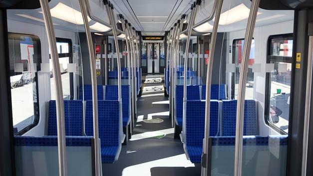 Innen bietet der Zug keine Überraschungen. Da die Berliner S-Bahn aber ein eigenes Lichtraumprofil hat und mit 750 V Gleichstrom fährt, müssen für das Netz eigene Züge konstruiert werden.
