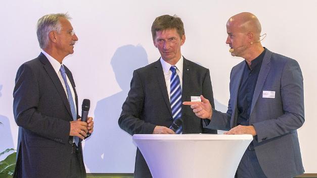 Matthäus Hose, Verlagsleiter der WEKA Fachmedien, in einer Podiumsdiskussion mit dem ehemaligen Geschäftsführer Eberhard Grünert und dem derzeitigen Geschäftsführer Arthur Rönisch