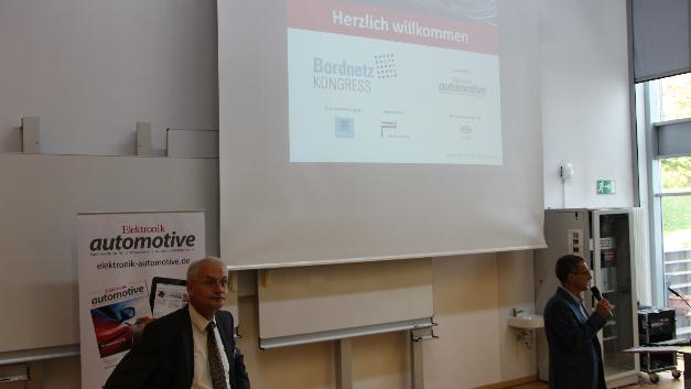 Gerhard Stelzer (rechts, Chefredakteur der Elektronik automotive) begrüßt die Teilnehmer des Bordnetz Kongresses 2018.