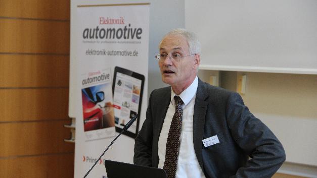 Prof. Dr. Stoffel, Präsident der Hochschule Landshut, begrüßt als Hausherr die Teilnehmer des Bordnetz Kongresses.