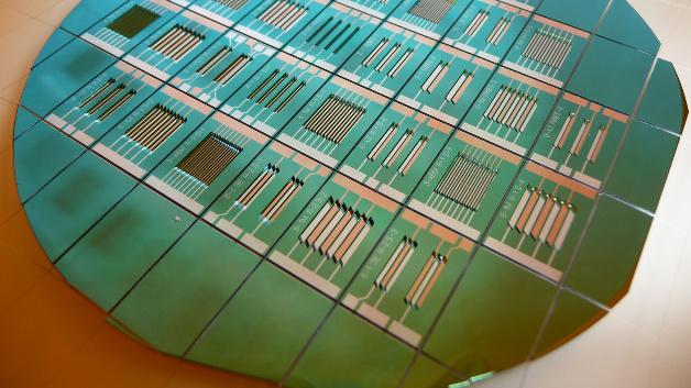 Herstellung von Mikrobatterien mit nebeneinanderliegenden Elektroden auf Silizium-Wafer.