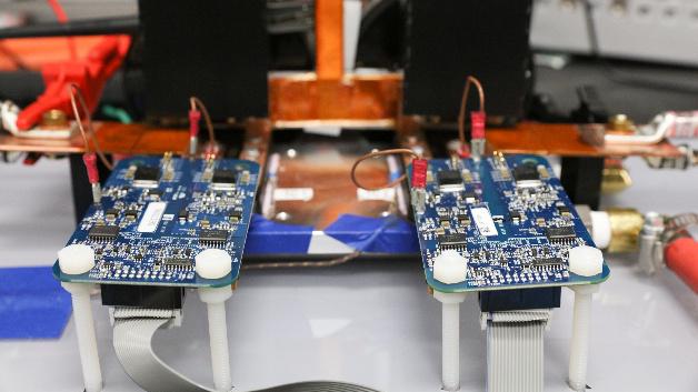 Modernste Leistungselektronik mit SiC-Schaltern sorgt für einen sicheren und effizienten Stromfluss zwischen den Komponenten des Systems.