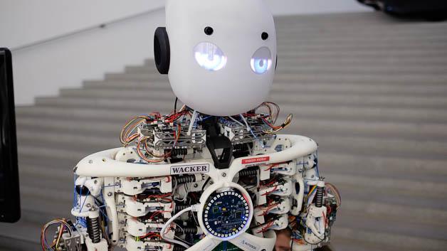 Dieser Roboter kann Fahrrad fahren. Der Zweck der Übung ist, dass der Roboter robust gegen die Erschütterungen und Vibrationen ist, die dabei auftreten.