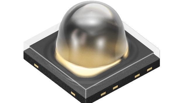 Osram Opto Semiconductors erweitert sein Oslon-Black-Portfolio um eine Infrarot-LED mit engerem Abstrahlwinkel von ±25° und einer Strahlstärke von 730 W/sr. Die neue IRED bietet bei 1 Ampere Strom eine optische Leistung von 0,8 W. Ihre Wellenlänge von 850 nm ist für Menschen kaum mehr wahrnehmbar, liegt aber noch sehr gut im Empfindlichkeitsbereich der Kamerasensoren. Dank der neuen IRED SFH 4718A kommen Beleuchtungseinheiten für Kamerasysteme mit mittlerer Reichweite ohne Sekundäroptik aus. Mit der neuen Variante umfasst das Oslon-Black-Portfolio nun drei Wellenlängen (810 nm, 850 nm und 940 nm) sowie drei Abstrahlwinkel (±25°, ±40° und ±75°). Dazu kommen vier verschiedene Leistungsstufen von 0,3 bis 2 W optischer Leistung. Weil alle Produkte auf dem gleichen Gehäuse aufgebaut sind, lassen sich die Emitter gut kombinieren. Auch der Wechsel zu einer neuen Variante für ein existierendes Design ist aufgrund des gleichen Footprints unkompliziert.