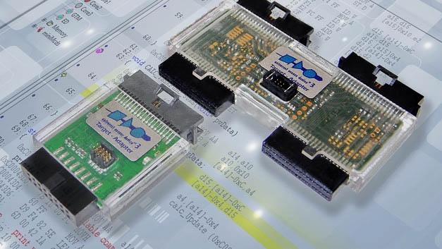 Multicore-Systeme synchron debuggen: Der Multi-Target-Debug-Adapter für das Universal Access Device UAD3+ ermöglicht ein nahezu synchrones Anhalten und Wiederloslaufen von Multichip-Systemen wie z.B. zwei eng verzahnten Aurix-Mikrocontrollern. Dafür wird an den separaten Debug-Schnittstellen der beiden Aurix-Bausteine jeweils ein Standard-Debug-Adapter angeschlossen. Diese werden dann über den Multi-Target-Debug-Adapter mit einem Debug-Pod des UAD3+ verbunden, welches über die zwei notwendigen Debug-Kanäle verfügt. Das System eignet sich vorwiegend für fehlersichere Anwendungen, wie sie z.B. für das autonome Fahren erforderlich sind.