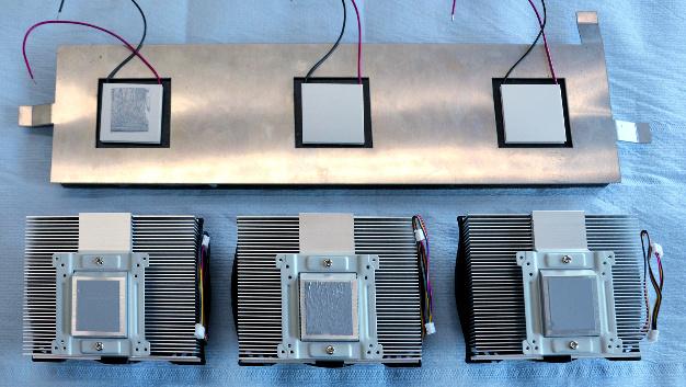 002: Mit geschicktem Thermomanagement lässt sich u.a. die Reichweite von Elektrofahrzeugen steigern. Vor diesem Hintergrund sollten neuartige Materialien für das Armaturenbrett entwickelt werden, die die von der Sonneneinstrahlung verursachte Wärme von der Oberfläche ableitet. Diese Aufgabe löste das Fraunhofer-Institut für Betriebsfestigkeit und Systemzuverlässigkeit mithilfe eines Kompositmaterials und Kühlsystems. Das entstandene Phase Changing Material (PCM) mit Trägermaterial aus Polyethylen und Füllstoff Graphit kann einen Phasenübergang durchlaufen. Das Graphit verleiht dem Kompositmaterial eine sehr gute thermische Leitfähigkeit und bewirkt eine schnelle Wärmeableitung. Der PCM-Anteil sorgt für eine hervorragende Energiespeicherung.