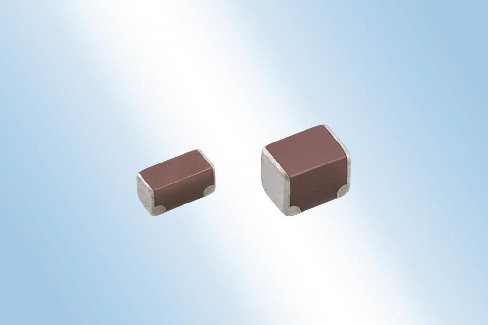 039: ie TDK Corporation hat MLCCs mit Soft-Terminierung und geringem ESR entwickelt. Eine Schicht aus leitfähigem Kunstharz auf den Anschluss-Elektroden sorgt bei der neuen CN-Serie für eine hohe mechanische Robustheit zum Schutz vor Leiterplattenverwindungen. Gleichzeitig bieten diese neuen MLCCs geringe ESR-Werte, die vergleichbar sind mit denen von konventionellen MLCCs. Das Kapazitätsspektrum der CN-Serie reicht von 2,2µF bis 22µF bei Nennspannungen von 16V bis 100V.  Die Bauelemente weisen eine X7R-Temperatur-Charakteristik auf und sind für kommerzielle und Automotive-Applikationen verfügbar. Letztere sind nach AEC-Q200 qualifiziert. Die Serienfertigung und der Vertrieb der ersten Typen begann im April 2018. Dank des geringen Elektroden-Widerstands eignen sich diese MLCCs für Batterieleitungen in Automotive-Applikationen oder in Roboter-Anwendungen, um die Systemzuverlässigkeit zu steigern.
