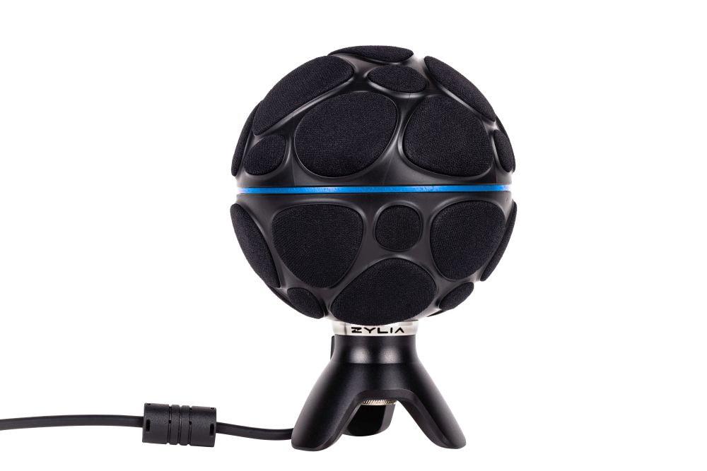 095: Das Mikrofonarray ZM-1 besteht aus 19 in einer Kugel (103mm Durchmesser) angeordneten digitalen MEMS-Mikrofonen IM69D130 von Infineon. Die MEMS-Mikrofone enthalten neben dem eigentlichen Schallwandler einen Digital-Analog-Umsetzer und eine digitale Signalverarbeitung, die das Audiosignal als pulsdichtemodulierten Bitstrom ausgibt. Die integrierte Signalverarbeitung ermöglicht es Mikrofone einzeln zu adressieren, mehrere Mikrofone zu einer Gruppe zu bündeln und die Keule eines virtuellen Mikrofons über die Kugeloberfäche des Mikrofonarray zu verschieben.