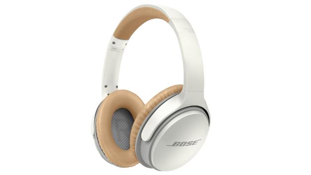 1. Preis: Bose SoundLink around-ear kabellose Kopfhörer II weiß   Genießen Sie ein besseres Hörerlebnis mit Bose SoundLink Around-Ear-Kopfhörern II – ganz ohne Kabel. Exklusive Technologie liefert einen satten Spitzenklang bei jeder Lautstärke und macht den SoundLink Around-Ear zum bestklingendsten kabellosen Kopfhörer auf dem Markt. Ein Zwei-Wege-Mikrofonsystem unterdrückt Geräusche und Wind, damit Sie klar und deutlich gehört werden. Und der verbesserte Nebenton lässt Ihre Stimme natürlicher klingen. Die kabellosen SoundLink-Kopfhörer verwenden die neueste Bluetooth-Technologie, sodass der Anschluss an Ihre Mobilgeräte mit nahtloser Ton-/Bildsynchronisation sowie der Wechsel zwischen zwei Geräten zum Kinderspiel wird.   • Unvergleichliche Tonqualität, verbesserte Klangregelung für kabellose Kopfhörer; Hochentwickeltes Mikrofonsystem, HD-Stimmqualität für klar verständliche Anrufe auch in windiger oder lauter Umgebung  • Verbesserter Nebenton, damit Sie bei Anrufen natürlich klingen; neueste Bluetooth-Technologie für einfachen Anschluss und nahtlose Ton- und Bildsynchronisation  • Schalten Sie zwischen zwei Bluetooth-Geräten hin und her, um ein Video anzusehen, während Sie weiterhin mit Ihrem Smartphone verbunden sind.  • Kopfhörer: 19,1 cm x 15,2 cm x 3,8 cm (HxBxT) (200 g)  • Bis zu 15 Stunden Musikgenuss ohne Unterbrechung dank des Lithium-Ionen-Akkus