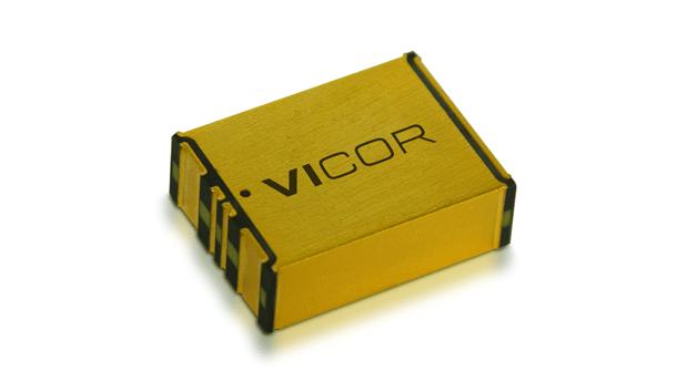 103: Vicor präsentiert einen bidirektionalen, nicht isolierten Wandler mit festem Übersetzungsverhältnis. Der 2317 NBM erzeugt 48 V aus 12 V bzw. 12 V aus 48 V und liefert eine Dauerleistung von bis zu 750 W. Für eine Dauer von maximal 2 s kann er Spitzenleistungen bis 1 kW bereitstellen. Die PoP-MCM-Technik (Power-on-Package Modular Current Multipliers) ermöglicht, dass aus einem 48-V-Bus nur ein Bruchteil, das heißt 1/48, des von der GPU benötigten Stroms gezogen wird. Dadurch überwindet die Strommultiplikation die Stromversorgungsbarrieren, die in 12-V-Systemen auftreten und höhere Bandbreiten oder Verbindungsgeschwindigkeiten verhindern.