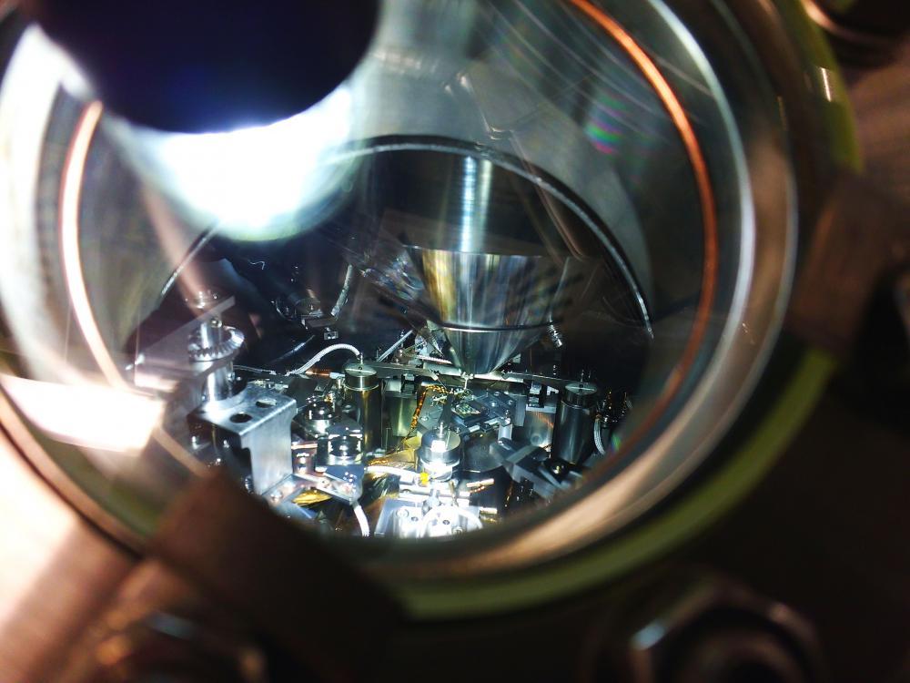 Der elektrische Widerstand von Elektronikbauteilen setzt der Miniaturisierung von Rechnern und der Erhöhung ihrer Taktfrequenz eigentlich natürliche Grenzen. Bauteile ohne elektrischen Widerstand würden die unerwünschte Wärmeentwicklung vermeiden. Forscher der TU Chemnitz, der Universität Twente (Niederland) und des MAX IV Laboratory in Lund (Schweden) melden jetzt erstmals die Charakterisierung und Herstellung sogenannter »ballistischer Drähte«, die elektrische Ladungen ohne Erwärmung passieren lassen. Das Bild zeigt einen Blick in die Transportkammer