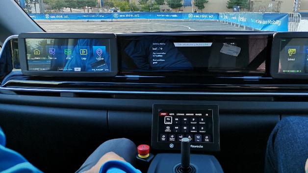 Der autonome Versuchsträger eines Rufbusses von ZF kommt ohne Lenkrad und Pedalerie aus. Im Notfall lässt sich per Joystick steuern. Das Ziel wählt man per Touch-Display.