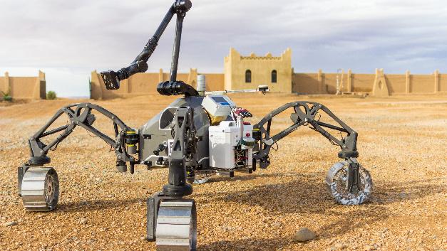Der hybride Schreit- und Fahrrover SherpaTT des DFKI Robotics Innovation Center wurde auf einem Testgelände nahe des Hotels in Erfoud für den Einsatz in der Wüste vorbereitet.