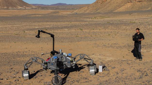 Experimente in der Wüste: Die Forscher testeten mithilfe des DFKI-Rovers die in den Peraspera-Projekten entwickelten Technologien...