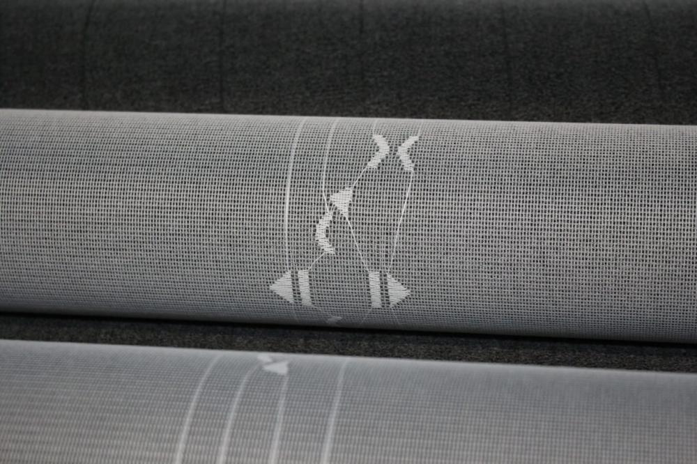 Mit sogenannten Multibar-Raschelmaschinen mit dem neuen Stringbarrensystem von KARL MAYER lassen sich bei nahezu freier Gestaltung elektrisch leitfähige Strukturen in Textilien einbringen. Tailored Fiber Placement nennt sich das Neudeutsch.