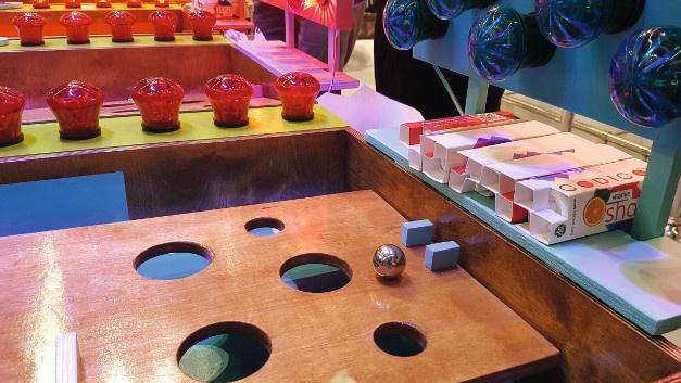 Auf dem Messestand des Distributors Codico können Besucherinnen und Besucher mit Kugeln auf einer schiefen Ebene mit Hindernissen ihr Geschick testen