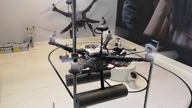 Wer seine Flugkünste mit Drohnen ausprobieren will, kann dies bei NXP am Eingang von Halle 4A tun. Die Mission lautet: Mit der Drohne einen QR-Code scannen