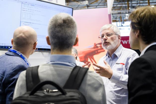 Htex stellt u.a. Entwicklungstools für sicherheitskritische Software her, die Software-Experte Frank Büchner den Messebesuchern erklärt.