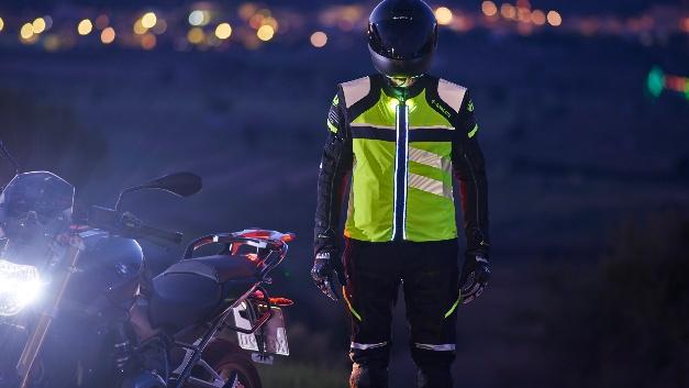 Die LED-Lichtmodule in den Jacken und Westen von Held sorgen für bessere Sichtbarkeit bei Dunkelheit, Nebel und Co.
