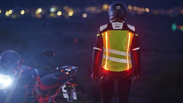 Jacken mit integrierter Beleuchtung benötigen kein einfallendes Licht von Autoscheinwerfern oder Straßenlaternen, sondern bieten einen aktiven Schutz.
