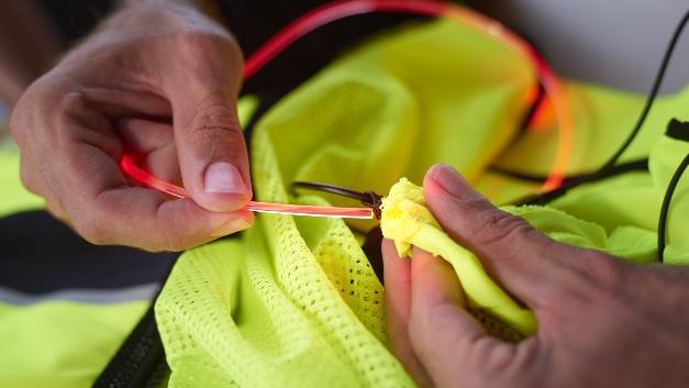 Die Lichtmodule lassen sich nach Bedarf eigenständig in wenigen Schritten in die Kleidung integrieren.