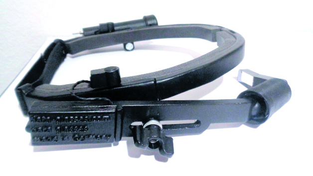 091: Modulare Datenbrille für die Industrie Datenbrillen sind in der Industrie zwar verbreitet, sorgen aber in der Praxis für viele Probleme, und das nicht nur bei Brillenträgern. Ein Lösungsvorschlag kommt von der Hoschulfirma data glassesZwickau. Die Grundidee: ein modulares Baukastensystem, in dem die Datenbrille kundenspezifisch zusammengesetzt werden. Dabei können die modularen Komponenten - Optik, Akku, Rechner - mechanisch an verschiedene Träger angebracht werden. Um den Stromverbrauch so niedrig wie möglich zu halten, ist die Elektronik auf das absolute Minimum reduziert. Als Display dient ein stromsparendes Mikro-OLED mit vorgesetzter Linse. So hält der Akku einen achtstündigen Arbeitstag lang durch, und am Kopf ist keine Erwärmung spürbar.