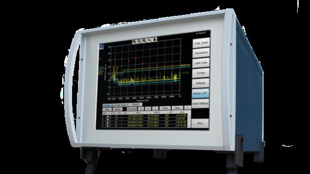 Dank ihres kompakten und robusten Designs eignen sich die Messgeräte der Serie TDEMI Mobile+ (TDEMI M+) von Gauss Instruments sowohl für den stationären Einsatz im Entwicklungs- und EMV-Labor als auch für den mobilen Einsatz im Freien. Die Geräte sind für die Frequenzbereiche 9 kHz bis 1 GHz, bis 3 GHz und bis 6 GHz verfügbar, optional können auch Messungen bereits ab 10 Hz durchgeführt werden. Die lückenlose Echtzeitanalysebandbreite von 162,5 MHz prädestiniert das TDEMI M+ für entwicklungsbegleitende Untersuchungen, Vorzertifizierungsmessungen und Entstörmaßnahmen in Echtzeit. Es unterstützt den Anwender beim Identifizieren und Lokalisieren von Störquellen sowie bei der Optimierung von Schaltungen, Komponenten und Systemen. Wie bereits die Produktserie TDEMI Mobile ist auch die TDEMI-Mobile+-Serie standardmäßig mit einem 12-V-Versorgungsanschluss ausgestattet und kann daher direkt an Bord von Kraftfahrzeugen, Flugzeugen o. ä. eingesetzt werden. Durch das berührungsempfindliche hochauflösende Display und die integrierte Rechnereinheit ist das Stand-alone-Gerät unabhängig von zusätzlichen Steuer- oder Anzeigegeräten. Der optionale Akkubetrieb eröffnet weitere Anwendungen ohne zusätzliche externe Versorgung.