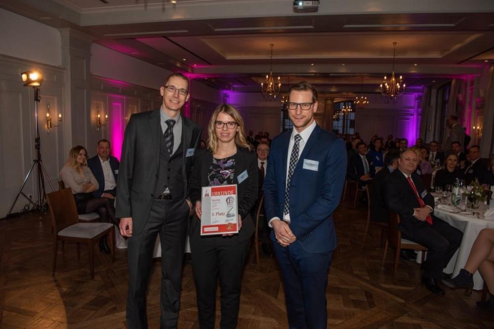 Die Gewinner des 3. Platzes (v.l.n.r.): Daniel Schmid und Christina Frick von Baumer mit Redaktionsvolontär Tobias Schlichtmeier