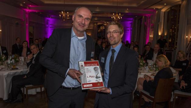 Stephan Schneider (links) nimmt die Auszeichnung für Cree entgegen.