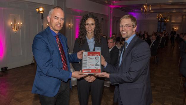 Die Urkunde nehmen Geschäftsführer und Gründer Wendelin Egli (links) und Roswitha Gabler (Mitte) entgegen.