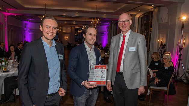 Thomas Frahler und Max Morwind von Microsoft nehmen die Urkunde für den dritten Platz entgegen.