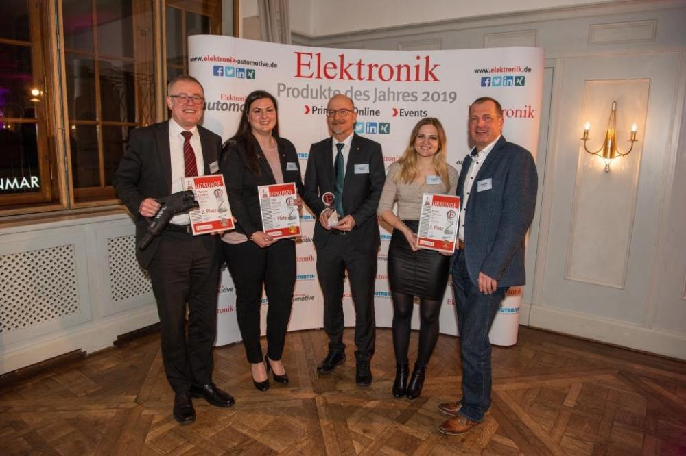 Die Gewinner der Produkte des Jahres 2019 in der Kategorie »Automotive« (von links nach rechts): Ralf Bungenstock (Phoenix Contact E-Mobility), Julia Andris (TDK-Micronas), Roman Steinke (TDK-Micronas), Christine Schäfer (b-plus) und Georg Vogel (b-plus).