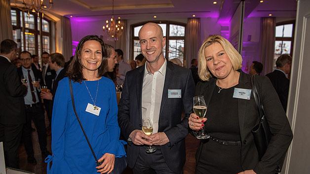 Verlagsleiter Matthäus Hose in charmanter Begleitung von Katrin Hück von Fujitsu (li.) und Anke Allen von IQD.