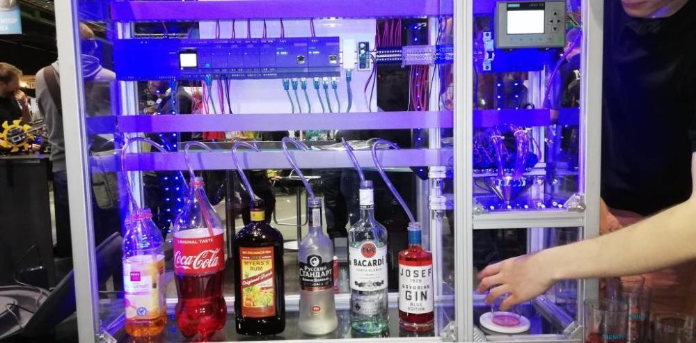 Beim digitalen Barkeeper bestellst du am Laptop deinen Cocktail.