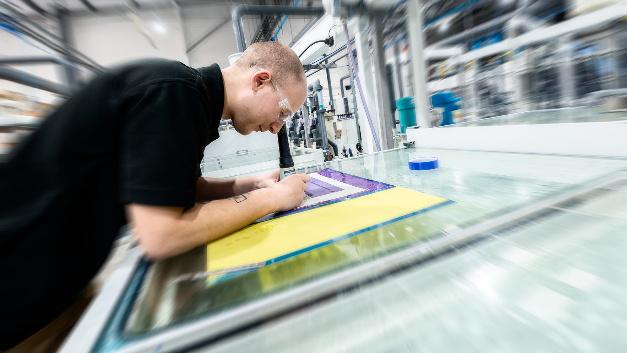 Feinarbeiten an der mehrlagigen flexiblen Leiterplatte.