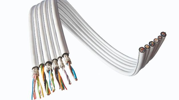 E&E Kabeltechnik hat laminierte Flachbandkabel des Typs LamiflEEx in drei Materialkombinationen im Programm. Neben den PTFE/PUR-Varianten bietet das Unternehmen auch die Materialkombinationen PTFE/FEP sowie PTFE/PTFE an. Die Kabel sind sehr gleitfähig,  haben eine niedrige Bauhöhe und geringe Einbaumaße. Die Produktbreiten starten im einstelligen Millimeter-Bereich. Möglich sind materialschlüssige und thermoplastische Verbindungen. Ebenfalls möglich ist eine Sandwich-Verlegung entsprechend der jeweiligen Anwendung. Die medienbeständigen Kabel, die auch miniaturisiert erhältlich sind, erlauben laut Unternehmensangabe bis zu 400 Millionen Biegezyklen.