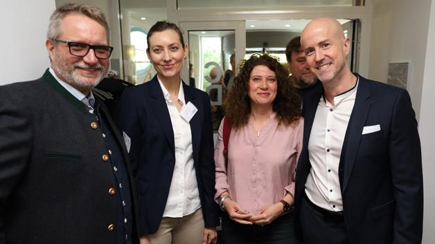 Gastgeber und Verlagsleiter Matthäus Hose (rechts) hatte geladen. 140 Teilnehmer folgten dem Aufruf. Darunter Michael Marwell, Sabine Haas (beide Digi-Key Electronics) und Maria Fritz (Western Digital).