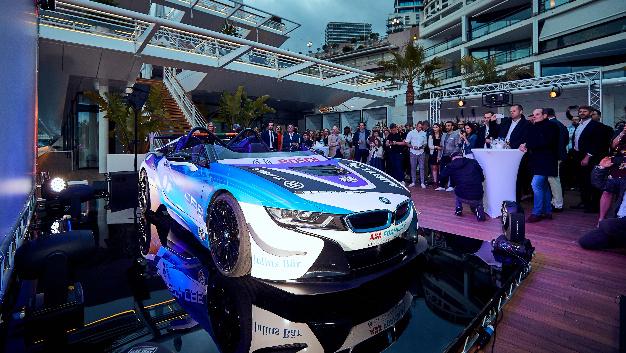 Das BMW i8 Roadster Safety Car ist das weltweit erste Safety Car, das mit offenem Cockpit eingesetzt werden kann.