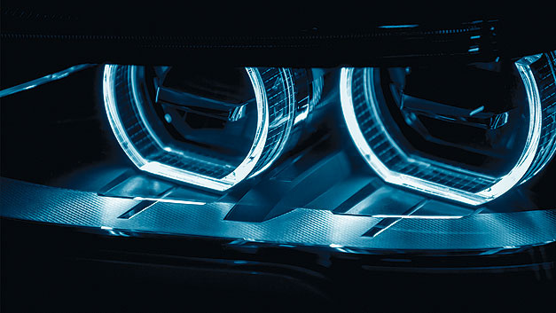 Bild 1. Fahrzeugscheinwerfer im Abblendlichtmodus.