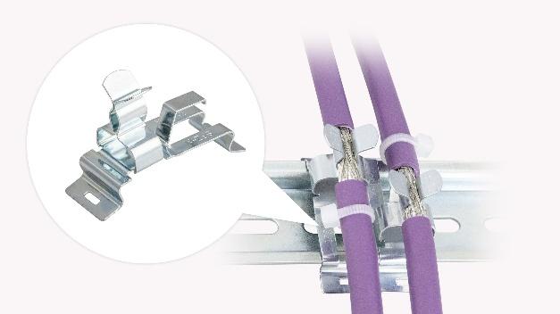 Dank einer vollständigen Überarbeitung bietet die Schirmklammer SFZ-M|MSKL von Icotek nun neue Features. Die Neuauflage der Schirmklammer punktet mit einer verbesserten Haltekraft auf der Hutschiene, einem geringeren Übertragungswiderstand sowie dem konstanten Druck auf den Kabelschirm. Die Klammer ist wartungsfrei, entsprechend entfällt ein Nachjustieren des Federdrucks. Die integrierte Zugentlastung erfolgt über den Kabelaußenmantel gemäß DIN EN 62444. Zusätzlich wird die Packungsdichte durch eine gegenläufige, um 180° versetzte Anordnung merklich erhöht. Die Klemmbereiche der MSKL (3 - 12 mm) sind, bedingt durch ihre spezielle Geometrie, sehr groß, die Baubreite und -höhe vergleichsweise gering (Bsp. MSKL 3-12 mit eingelegtem 12 mm Leitungsschirm: Breite 26,25 mm). Die einfache Montage der SFZ-M|MSKL erfolgt werkzeuglos durch Aufrasten auf eine 35-mm-Hutschiene. Die vibrationssicheren und wartungsfreien Schirmklammern finden überall dort Einsatz, wo der Schirm einzelner Leitungen mit dem Massepotenzial verbunden werden muss. Mittels der Schirmklammern erfolgt eine sichere und einfache Abschirmung von Leitungen.