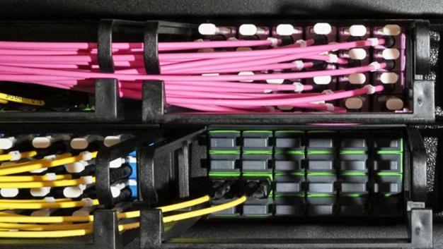 """Die """"HD-DCS"""" ist eine modulare 19-Zoll-Plattform von Dätwyler, die als flexibles Baukastensystem konstruiert wurde. Sie bietet bis zu 96LCD- oder MTP-Ports – also bis zu 1152Fasern mit MTP12 – und belegt inklusive des integrierten Kabelmanagements nur eine Höheneinheit (HE) im Rack. Damit lassen sich auch die hohen Portdichten rund um große Switches und SAN-Directors bewältigen. LCD- und MTP-Ports lassen sich beliebig kombinieren, genauso wie die Portdichte jedes Moduleinschubs individuell gewählt werden kann. Dafür ist der Baukasten in drei Versionen mit 6, 12 und 24Ports erhältlich. Zudem lässt sich die Portdichte auf teilausgebauten Panels bei späteren Ausbauten erhöhen – auch im laufenden Betrieb."""