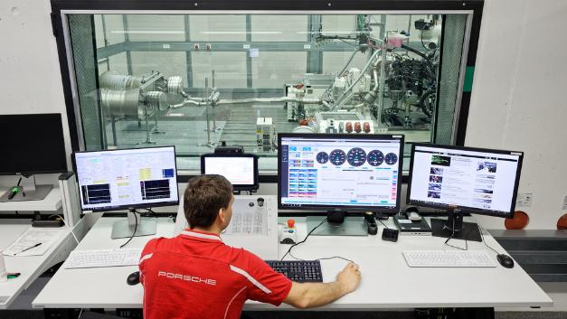 Kontrollzentrum zur Prüfstandsbedienung im neuen Antriebsprüfgebäude, Porsche Entwicklungszentrum Weissach