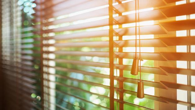 Rollläden und Jalousien geschlossen halten: Durch eine reduzierte Sonneneinstrahlung bleibt die Hitze draußen.