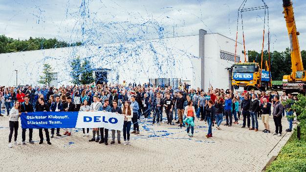 Freude bei Delo: Der Klebstoffhersteller hat den Weltrekord für das schwerste mit Klebstoff gehobene Gewicht geknackt.