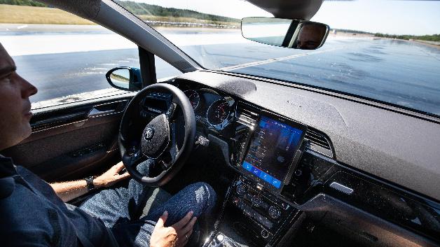 Mit dem »Flying Carpet 2.0« von ZF können Fahrzeuge selbst auf nasser Fahrbahn sicher die Spur wechseln. Ohne aktives System könnte es hier zum Wegrutschen kommen.