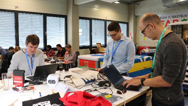 Der SmartCity Freising Hackathon ist ein Event für kollaborative Software und Hardware-Entwicklung, bei dem jeder teilnehmen kann, der kreative Ideen und Leidenschaft für Technologie hat.